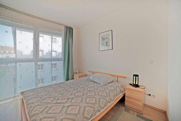 спальня мебель и окно